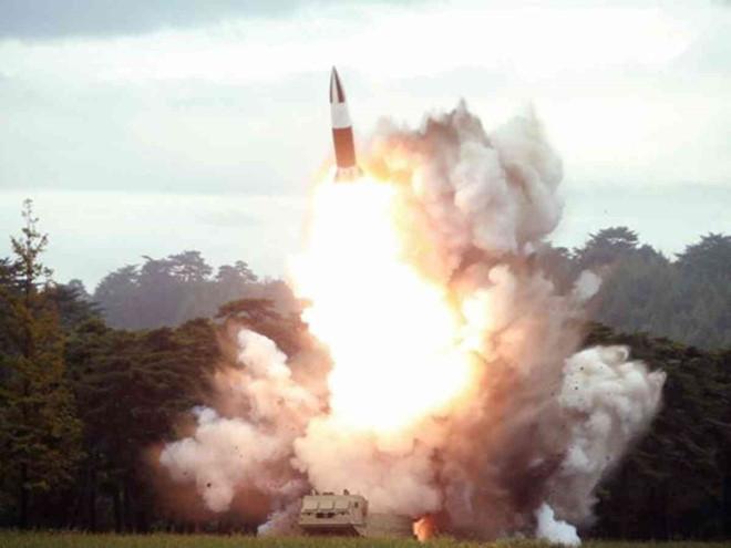 Tokyo phản ứng gay gắt khi Triều Tiên phóng 2 tên lửa về phía biển Nhật Bản - Ảnh 1