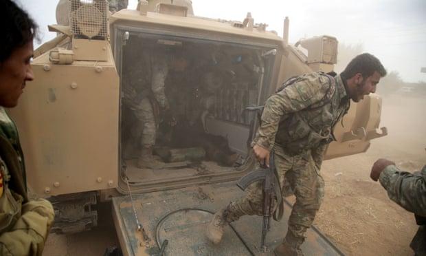 """Mỹ triển khai hàng loạt xe tăng, thiết giáp tới bảo vệ các mỏ dầu tại """"chảo lửa"""" Syria - Ảnh 1"""
