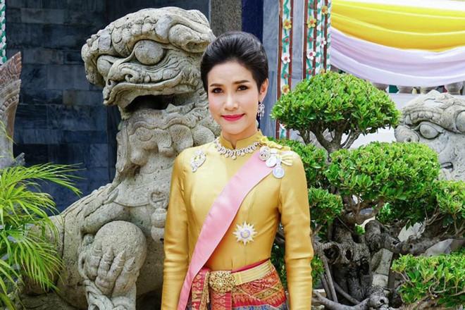 Đi sai nước trong bàn cờ cung đấu, tương lai nào đang chờ hoàng quý phi Thái Lan vừa bị phế truất? - Ảnh 1