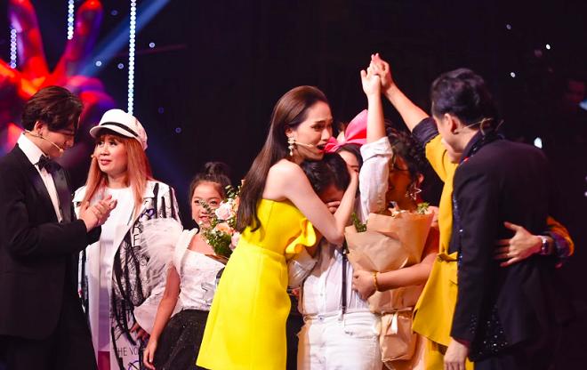 MC Nguyên Khang đọc nhầm tên quán quân The Voice Kids 2019 khiến thí sinh bật khóc nức nở - Ảnh 2