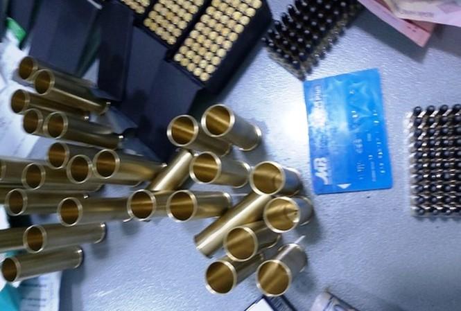 TP.HCM: Kiểm tra bất ngờ, phát hiện nam thanh niên giấu gần 2.000 viên đạn trong cốp xe máy  - Ảnh 1