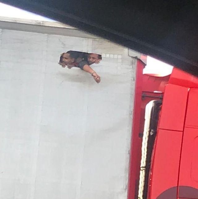 Xót xa hình ảnh người nhập cư đục lỗ trên thùng xe container vài ngày trước thảm kịch? - Ảnh 1
