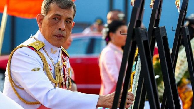 Vua Thái Lan tiếp tục sa thải 4 quan chức sau khi phế truất hoàng quý phi - Ảnh 1