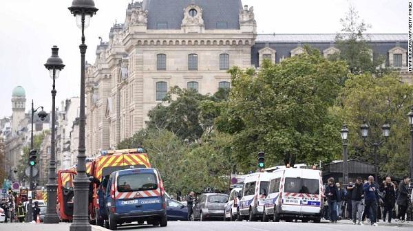 Tấn công bằng dao ngay tại trụ sở cảnh sát ở Paris, 4 sĩ quan thiệt mạng - Ảnh 1