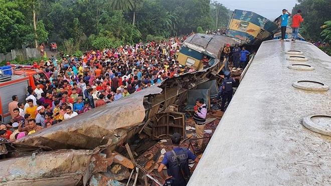 Hai tàu hỏa đâm nhau kinh hoàng, ít nhất 16 người thiệt mạng  - Ảnh 1