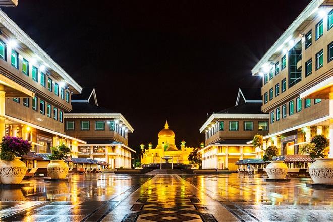 Lối sống xa xỉ bậc nhất của quốc vương Brunei: Máy bay dát vàng, gara chứa hàng ngàn siêu xe - Ảnh 2