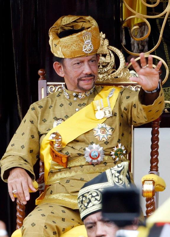 Lối sống xa xỉ bậc nhất của quốc vương Brunei: Máy bay dát vàng, gara chứa hàng ngàn siêu xe - Ảnh 1