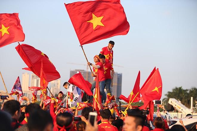 """CĐV Việt Nam nhuộm đỏ """"chảo lửa"""" Mỹ Đình trước giờ bóng lăn - Ảnh 2"""