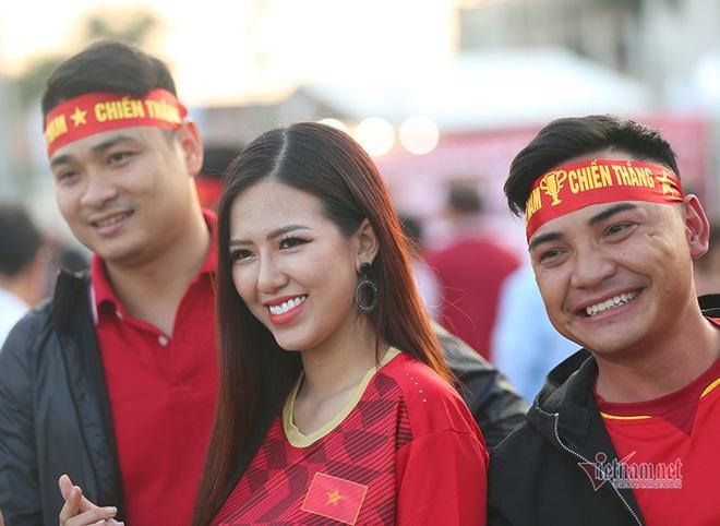 """CĐV Việt Nam nhuộm đỏ """"chảo lửa"""" Mỹ Đình trước giờ bóng lăn - Ảnh 3"""