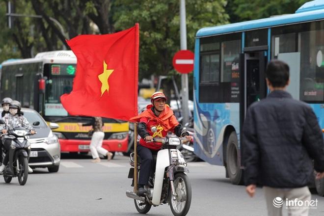 """CĐV Việt Nam nhuộm đỏ """"chảo lửa"""" Mỹ Đình trước giờ bóng lăn - Ảnh 5"""