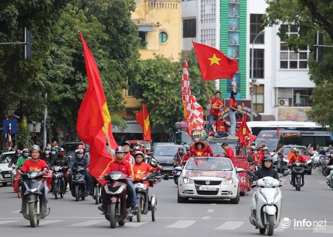 """CĐV Việt Nam nhuộm đỏ """"chảo lửa"""" Mỹ Đình trước giờ bóng lăn - Ảnh 7"""
