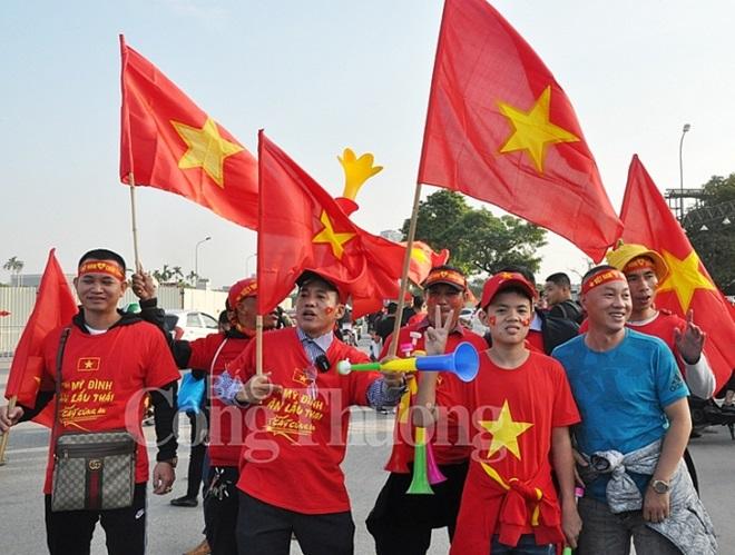"""CĐV Việt Nam nhuộm đỏ """"chảo lửa"""" Mỹ Đình trước giờ bóng lăn - Ảnh 10"""