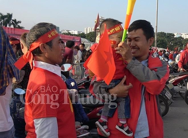 """CĐV Việt Nam nhuộm đỏ """"chảo lửa"""" Mỹ Đình trước giờ bóng lăn - Ảnh 11"""