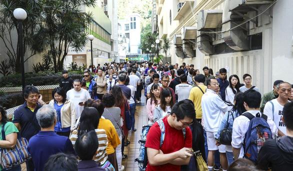 Bầu cử cấp quận tại Hong Kong: Phe dân chủ giành chiến thăng áp đảo  - Ảnh 1