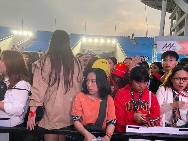 Trước lễ trao giải AAA 2019: Fan mệt mỏi vì chờ đợi, to tiếng với nhân viên an ninh - Ảnh 12