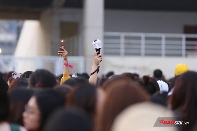 Trước lễ trao giải AAA 2019: Fan mệt mỏi vì chờ đợi, to tiếng với nhân viên an ninh - Ảnh 6