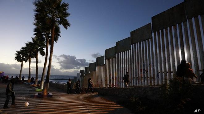 """Cận cảnh bức tường biên giới """"không thể xuyên thủng"""" của Tổng thống Trump - Ảnh 1"""