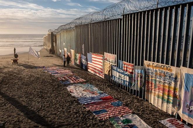 """Cận cảnh bức tường biên giới """"không thể xuyên thủng"""" của Tổng thống Trump - Ảnh 2"""