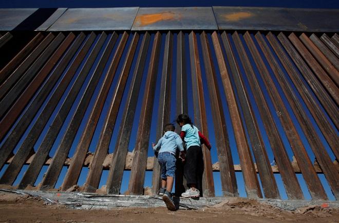"""Cận cảnh bức tường biên giới """"không thể xuyên thủng"""" của Tổng thống Trump - Ảnh 3"""