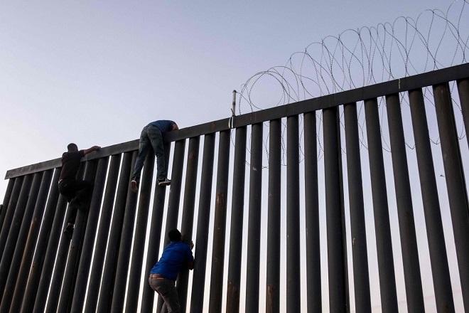 """Cận cảnh bức tường biên giới """"không thể xuyên thủng"""" của Tổng thống Trump - Ảnh 5"""