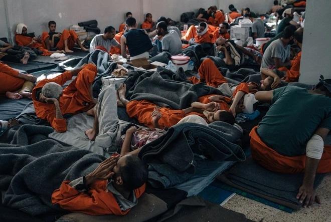 Hé lộ cuộc sống trong những phòng giam tăm tối, nơi giam giữ các tù binh IS ở Syria - Ảnh 1