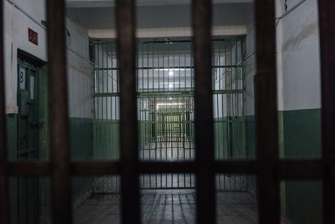 Hé lộ cuộc sống trong những phòng giam tăm tối, nơi giam giữ các tù binh IS ở Syria - Ảnh 4