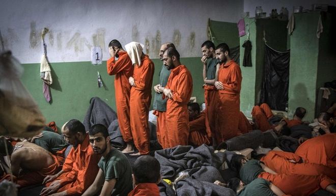 Hé lộ cuộc sống trong những phòng giam tăm tối, nơi giam giữ các tù binh IS ở Syria - Ảnh 6