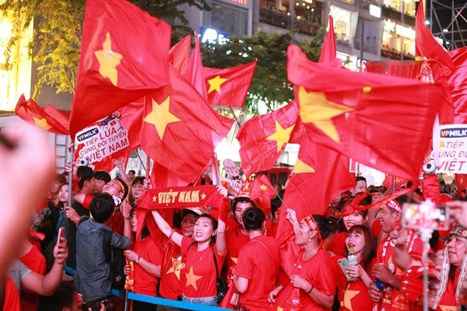 Cờ đỏ rợp trời, hàng nghìn CĐV xuống đường ăn mừng chiến thắng của đội tuyển U22 Việt Nam  - Ảnh 2