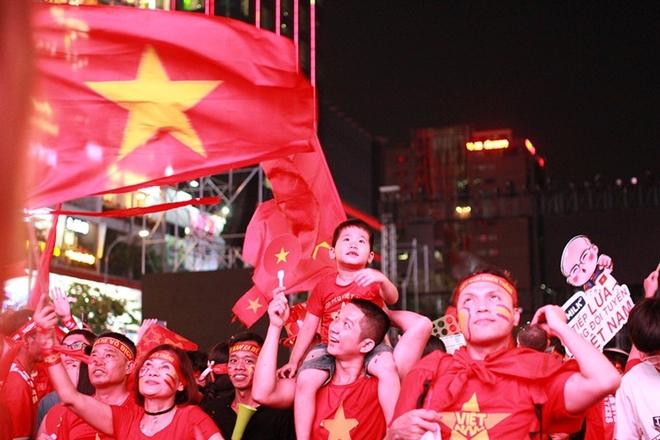 Cờ đỏ rợp trời, hàng nghìn CĐV xuống đường ăn mừng chiến thắng của đội tuyển U22 Việt Nam  - Ảnh 3
