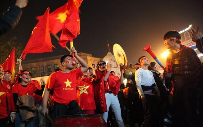 Cờ đỏ rợp trời, hàng nghìn CĐV xuống đường ăn mừng chiến thắng của đội tuyển U22 Việt Nam  - Ảnh 4