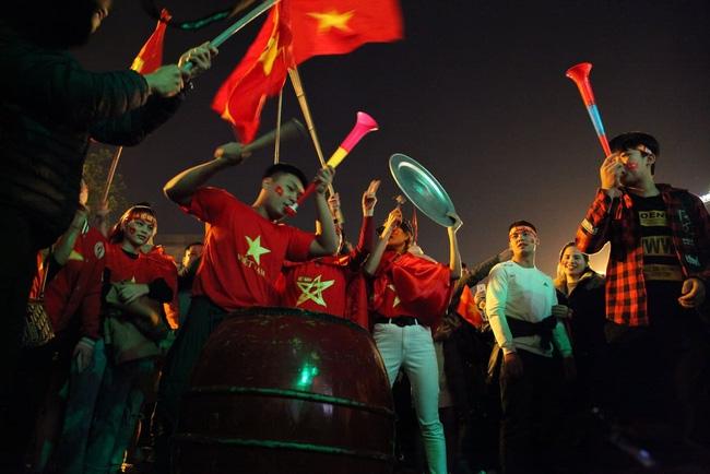 Cờ đỏ rợp trời, hàng nghìn CĐV xuống đường ăn mừng chiến thắng của đội tuyển U22 Việt Nam  - Ảnh 5