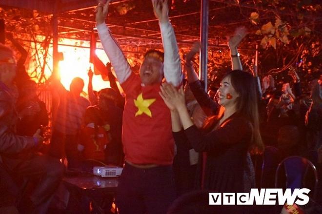 Cờ đỏ rợp trời, hàng nghìn CĐV xuống đường ăn mừng chiến thắng của đội tuyển U22 Việt Nam  - Ảnh 6