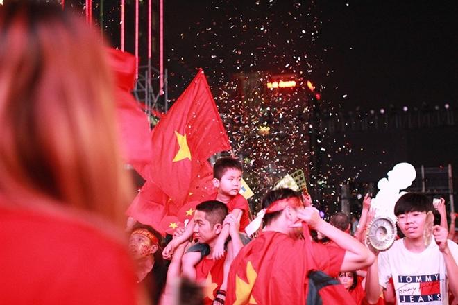 Cờ đỏ rợp trời, hàng nghìn CĐV xuống đường ăn mừng chiến thắng của đội tuyển U22 Việt Nam  - Ảnh 9