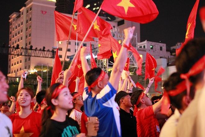 Cờ đỏ rợp trời, hàng nghìn CĐV xuống đường ăn mừng chiến thắng của đội tuyển U22 Việt Nam  - Ảnh 10