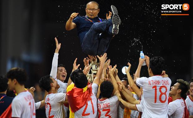 """""""Tan chảy"""" trước những khoảnh khắc đáng nhớ của HLV Park Hang Seo trong trận chung kết SEA Games - Ảnh 1"""