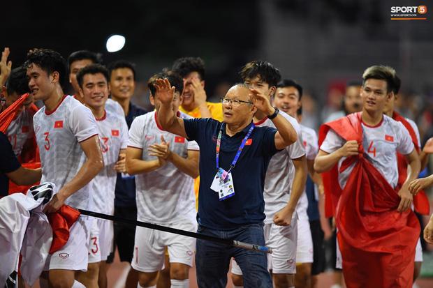"""""""Tan chảy"""" trước những khoảnh khắc đáng nhớ của HLV Park Hang Seo trong trận chung kết SEA Games - Ảnh 3"""