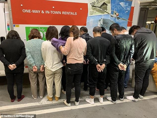 Phát hiện 11 người di cư Trung Quốc trốn trong máy giặt, tủ quần áo để vào Mỹ - Ảnh 2