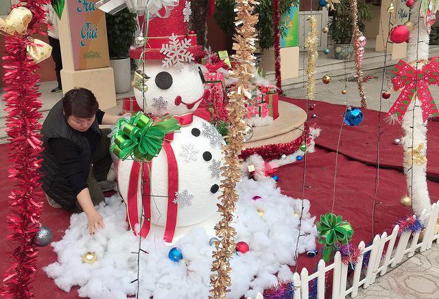 """Cận cảnh 3 cây thông Noel """"khổng lồ"""" được học sinh trang trí ngay trong sân trường cấp 2 ở Hà Nội - Ảnh 4"""
