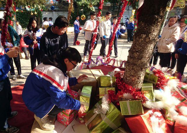 """Cận cảnh 3 cây thông Noel """"khổng lồ"""" được học sinh trang trí ngay trong sân trường cấp 2 ở Hà Nội - Ảnh 6"""
