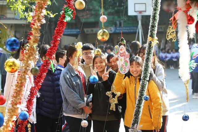 """Cận cảnh 3 cây thông Noel """"khổng lồ"""" được học sinh trang trí ngay trong sân trường cấp 2 ở Hà Nội - Ảnh 7"""