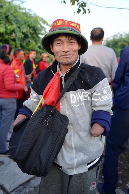 Hàng nghìn CĐV tràn ra đường, tiến về sân bay Nội Bài đón U22 Việt Nam - Ảnh 4