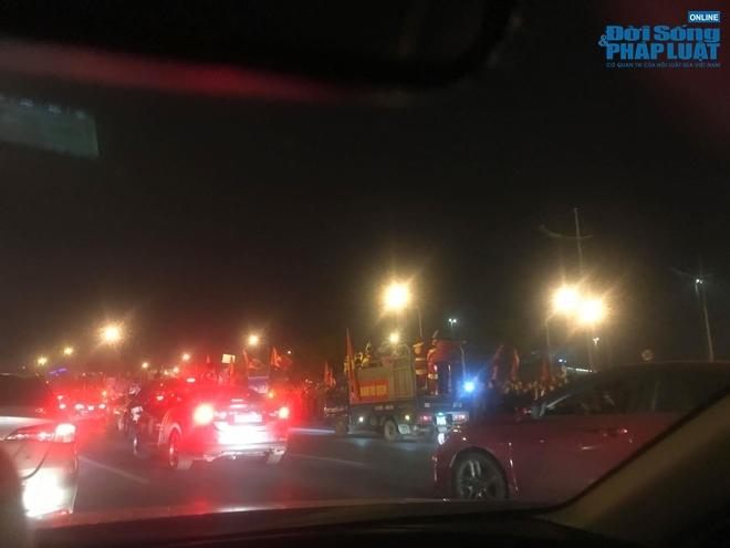 Hàng nghìn CĐV tràn ra đường, tiến về sân bay Nội Bài đón U22 Việt Nam - Ảnh 7