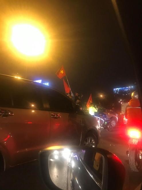 Hàng nghìn CĐV tràn ra đường, tiến về sân bay Nội Bài đón U22 Việt Nam - Ảnh 8