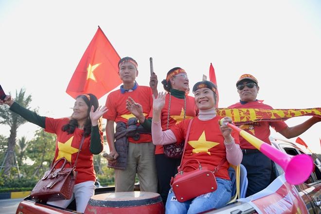 Hàng nghìn CĐV tràn ra đường, tiến về sân bay Nội Bài đón U22 Việt Nam - Ảnh 3