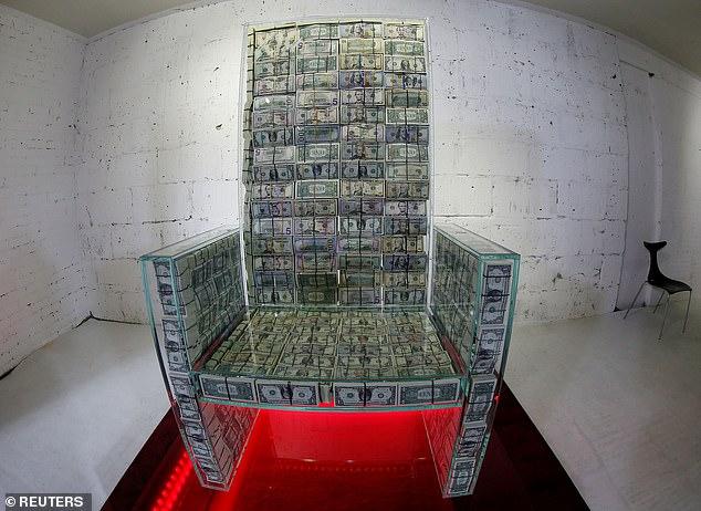 Tỷ phú Nga gây choáng váng khi xếp 1 triệu USD tiền mặt trong thủy tinh làm ghế ngồi - Ảnh 2