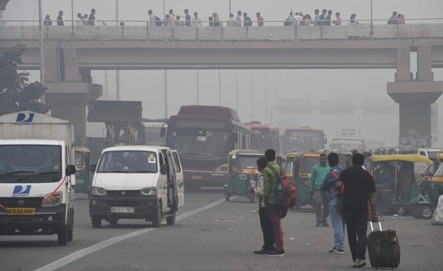 Cận cảnh thủ đô của Ấn Độ chìm trong khói bụi nghiêm trọng, người dân như hút 50 điếu thuốc một ngày - Ảnh 3