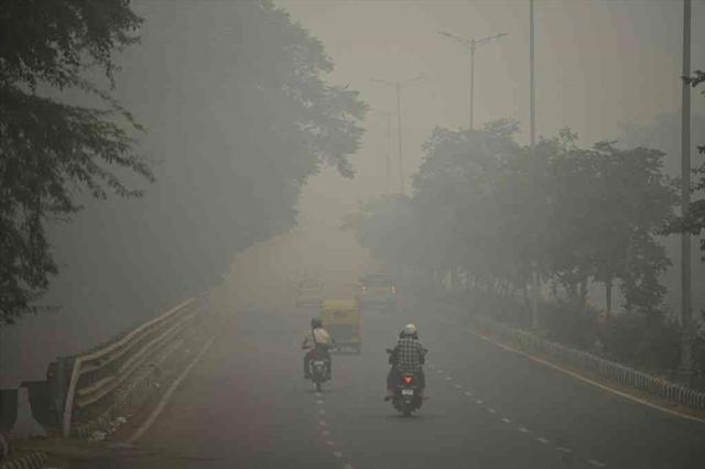 Cận cảnh thủ đô của Ấn Độ chìm trong khói bụi nghiêm trọng, người dân như hút 50 điếu thuốc một ngày - Ảnh 6