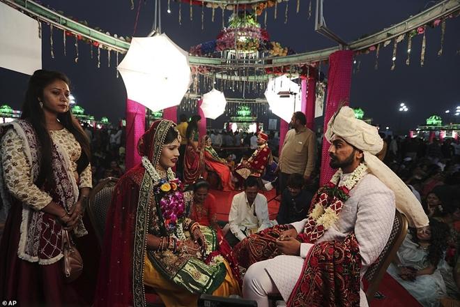 Ông trùm kim cương Ấn Độ chi tiền tổ chức đám cưới cho hàng trăm cô dâu mồ côi cha - Ảnh 10