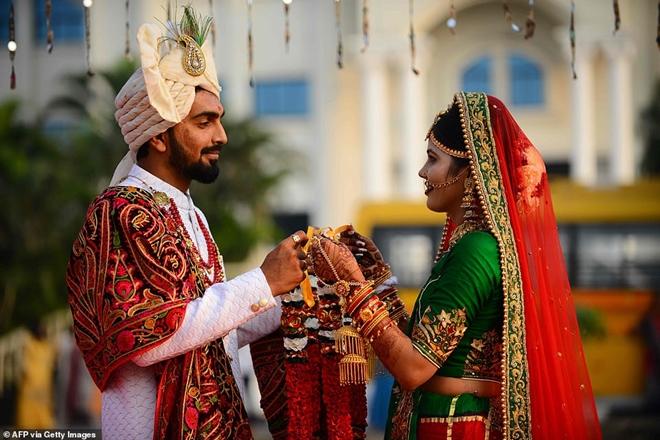 Ông trùm kim cương Ấn Độ chi tiền tổ chức đám cưới cho hàng trăm cô dâu mồ côi cha - Ảnh 2