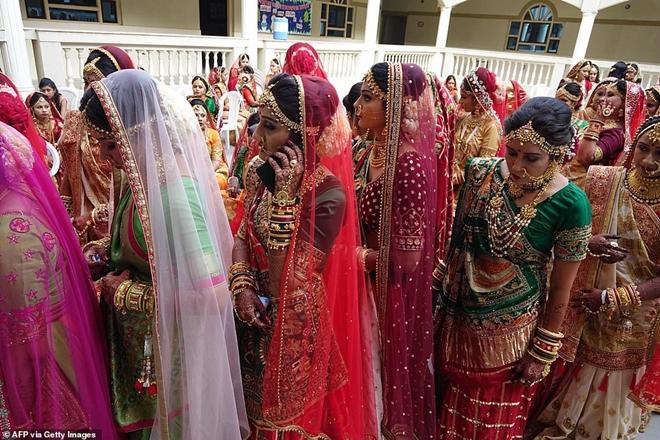 Ông trùm kim cương Ấn Độ chi tiền tổ chức đám cưới cho hàng trăm cô dâu mồ côi cha - Ảnh 4